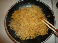 Yakisoba-add sauce to noodles