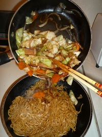 Yakisoba-combine noodles and veggies